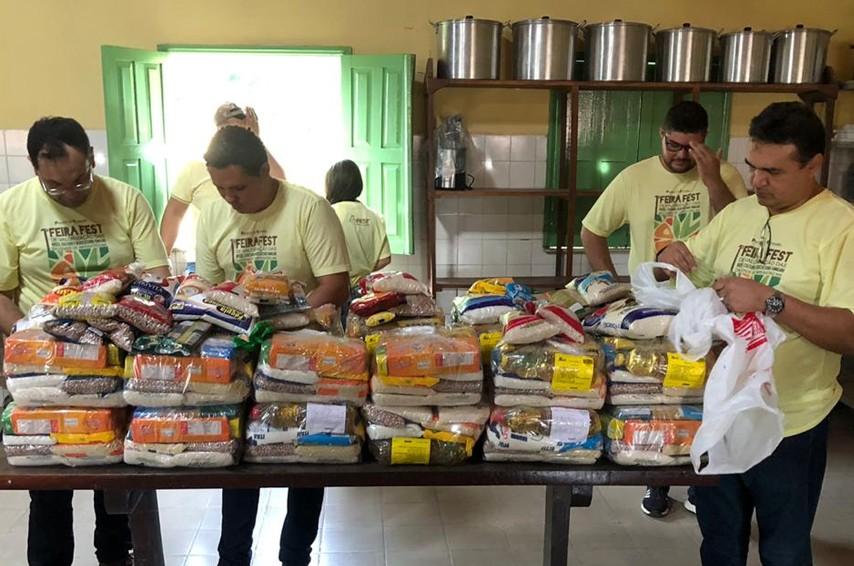 Alunos entregam cestas básicas à AMPARE e Vila João XXIII